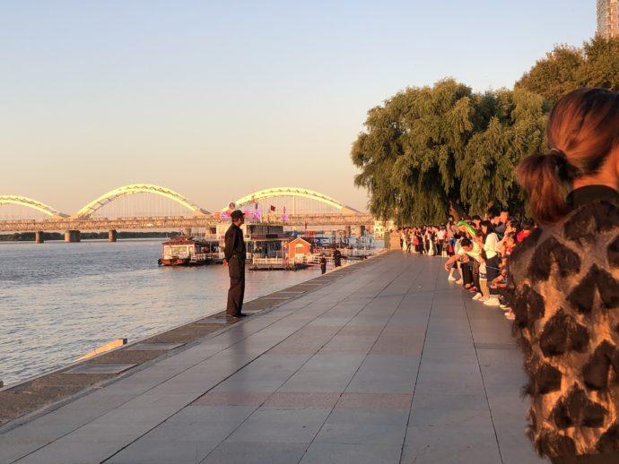松花江の夕日を待つ人々