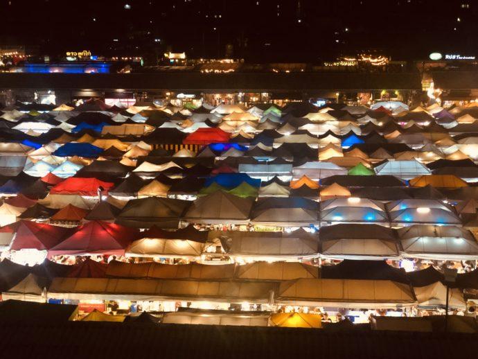 タラート・ロトットファイ・ラチャダーの夜景