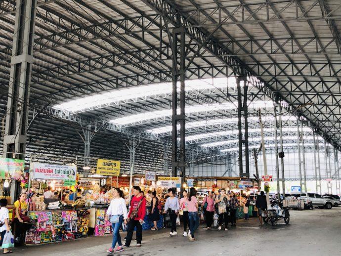 屋根付きの広大なマーケット