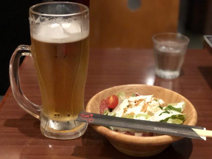 生ビールとサラダ