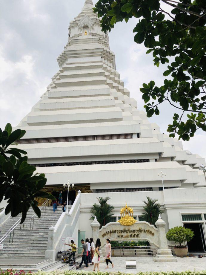 ワット・パクナームの白い仏塔