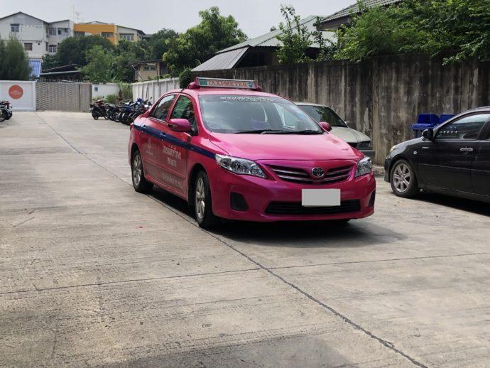 送迎のタクシー