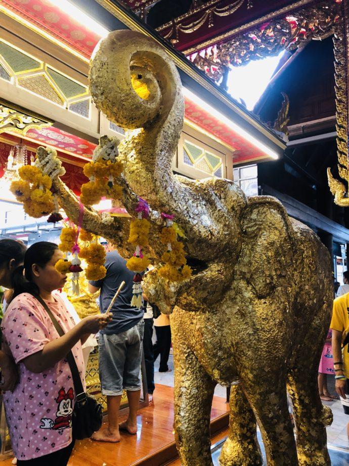 ワット・パクナームの金箔の象