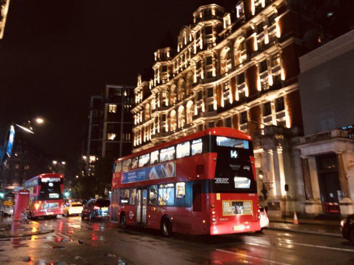 夜に走る二階建てバス