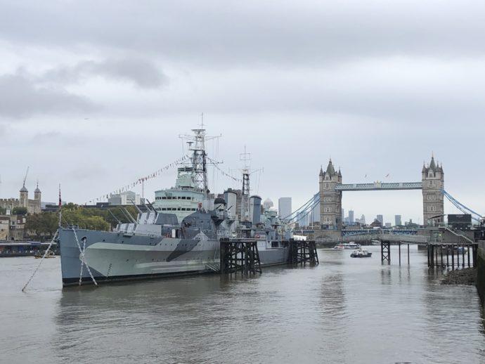 タワーブリッジと船