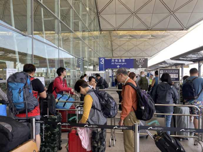 空港に入る前のチケットチェック