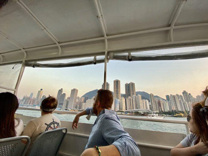 高速船から眺める摩天楼