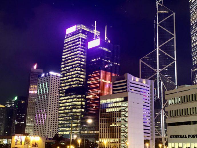 香港島から眺めるビル