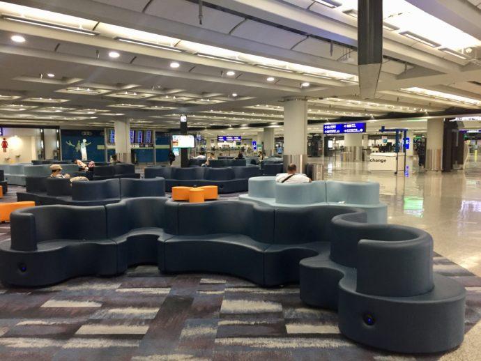 香港国際空港のソファ