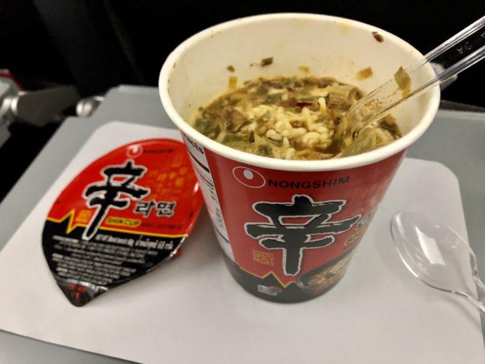 機内で食べる辛ラーメン