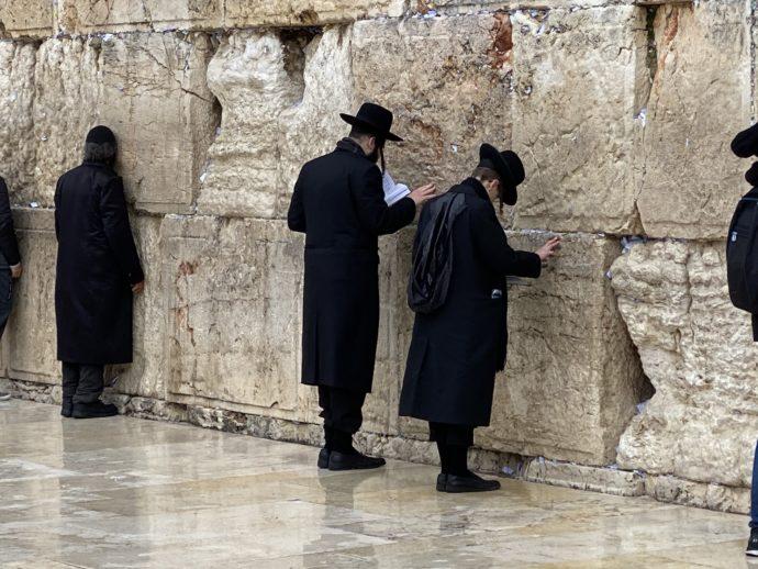 嘆きの壁で祈るユダヤ人男性