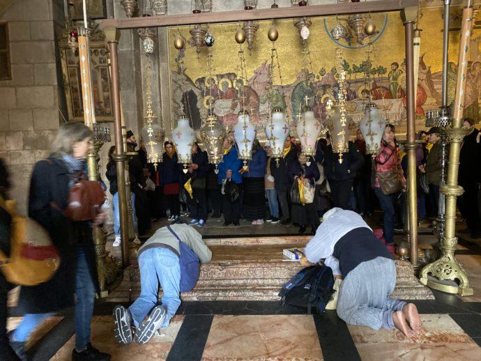 聖誕教会で祈る人々