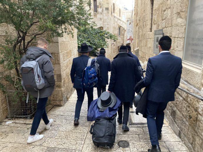 エルサレム旧市街を歩く男性
