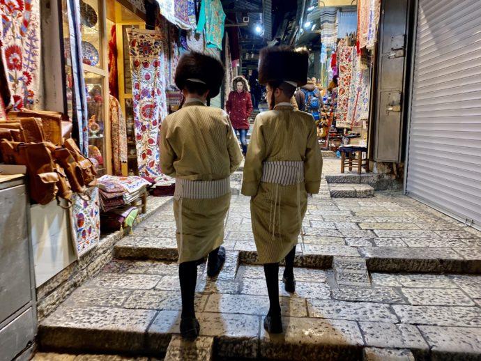 エルサレム旧市街を歩くユダヤ教徒の少年