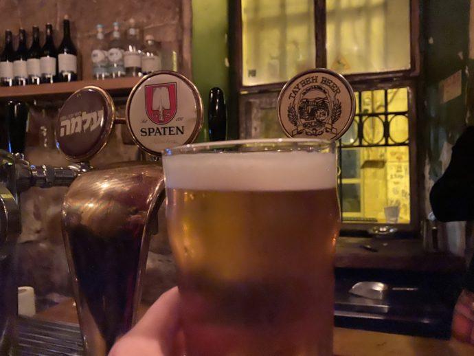 バーで飲むイスラエルのクラフトビール