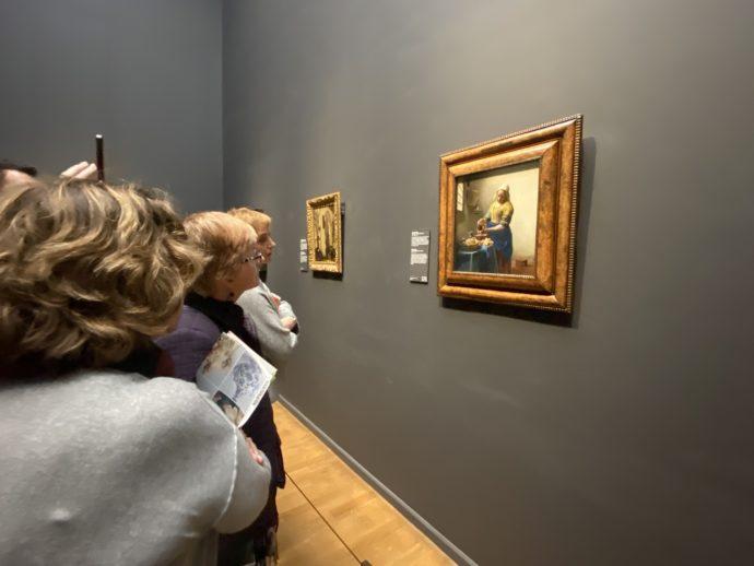 フェルメール作品を眺める女性たち