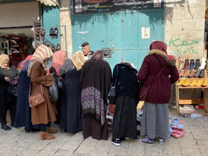 ベツレヘムのスークで洋服を選ぶ女性