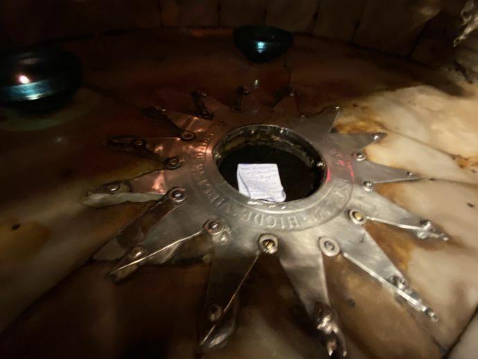銀で星の形が埋め込まれた祭壇