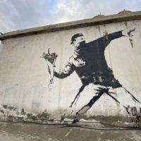 バンクシー:花束を投げる青年