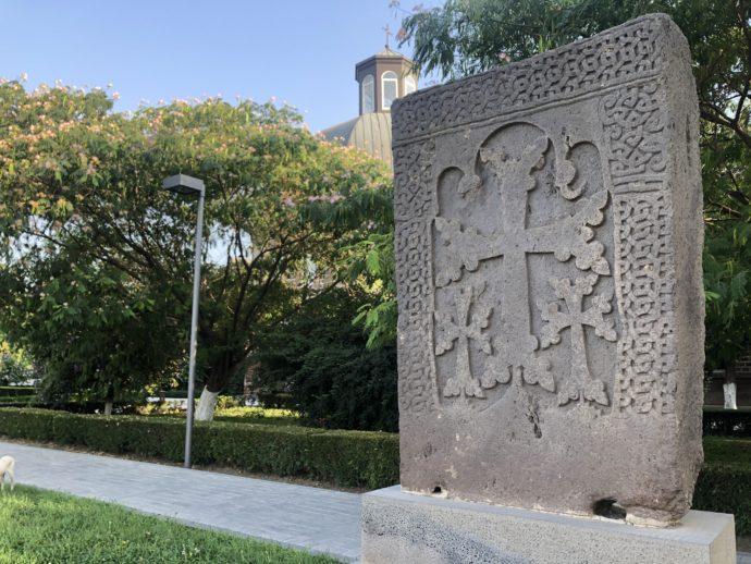エチミアジン修道院の石碑