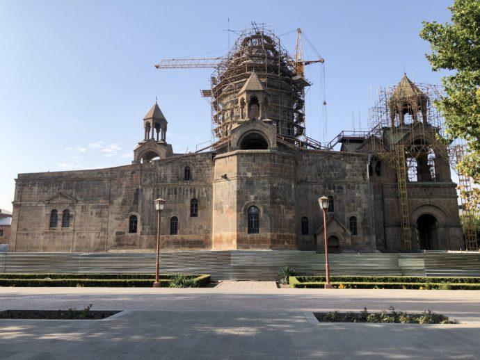修復工事中のエチミアジン修道院