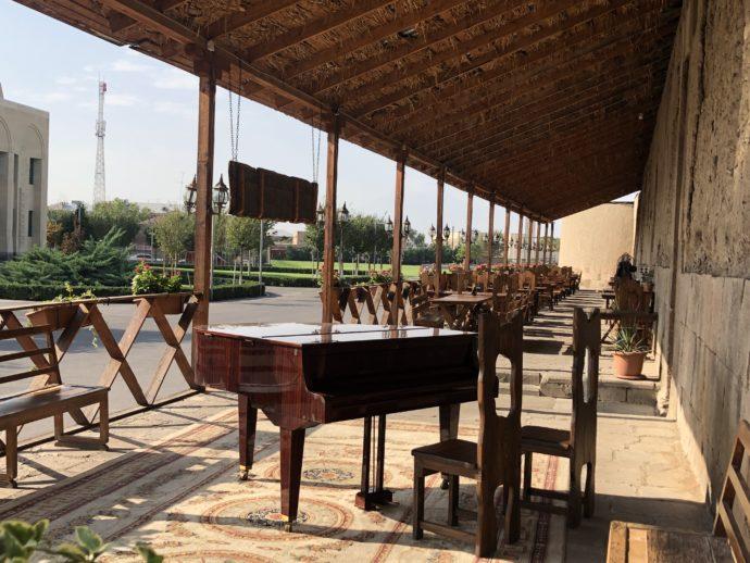 エチミアジン修道院敷地内のグランドピアノ