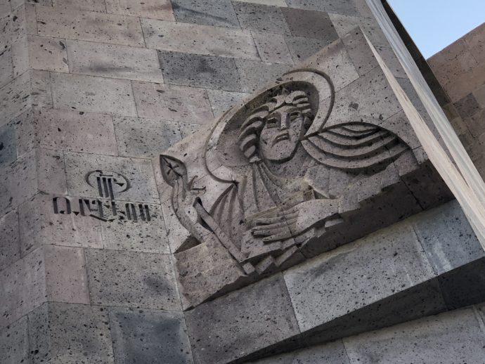 エチミアジン修道院の門の意匠