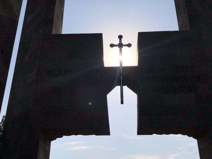 エチミアジン修道院の門のクロス