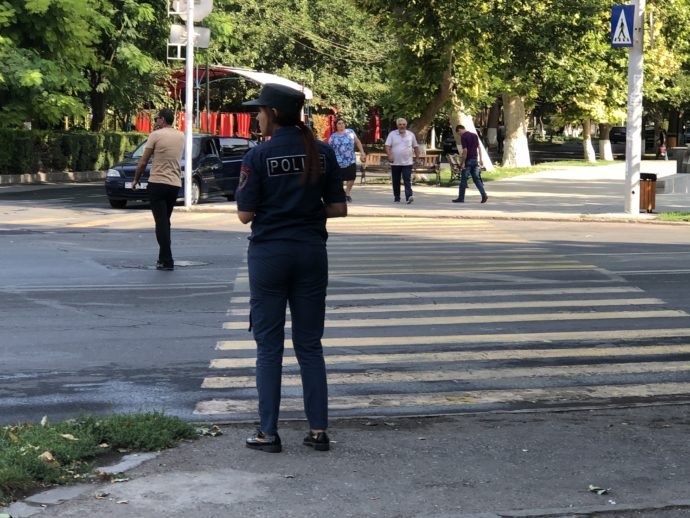 交通整理する警察官
