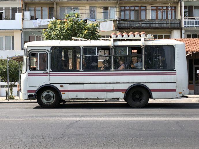 エレバン郊外の道路を走るローカルバス