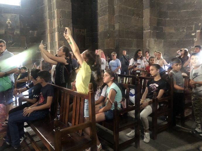 リプシメ教会に社会見学に来た子供達