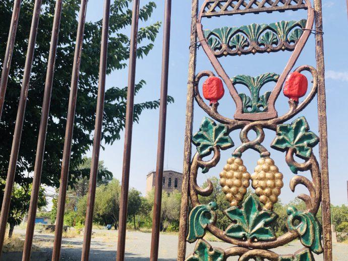 エレバンのワイン工場の門