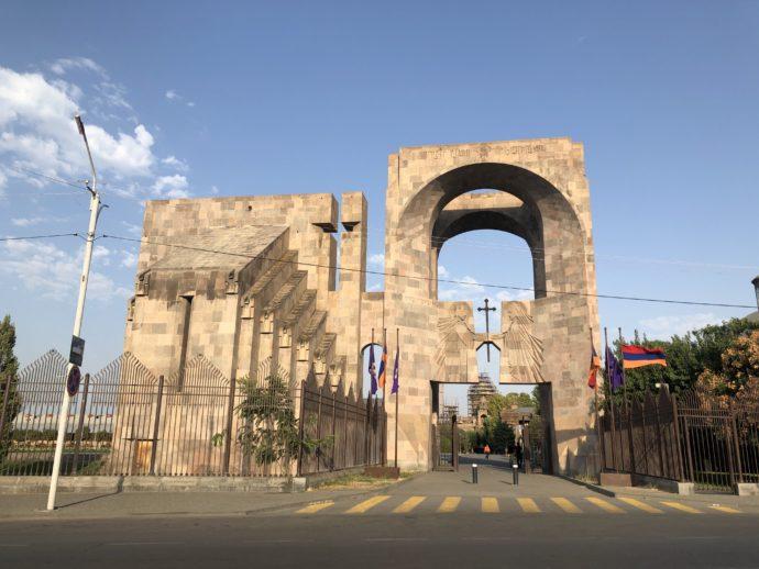 エチミアジン修道院の門の外観