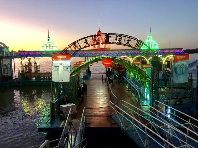 マジックアワーの松花江、遊覧船入り口
