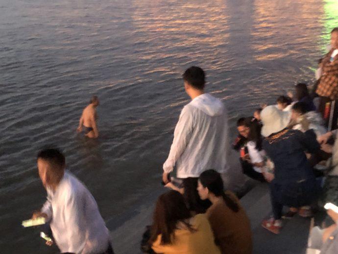 松花江で泳ぐ男性