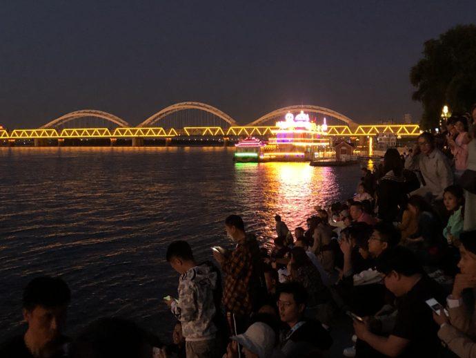すっかり暗くなった松花江