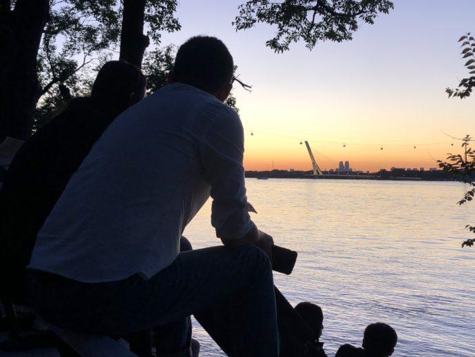 松花江の夕暮れを眺めるカップル