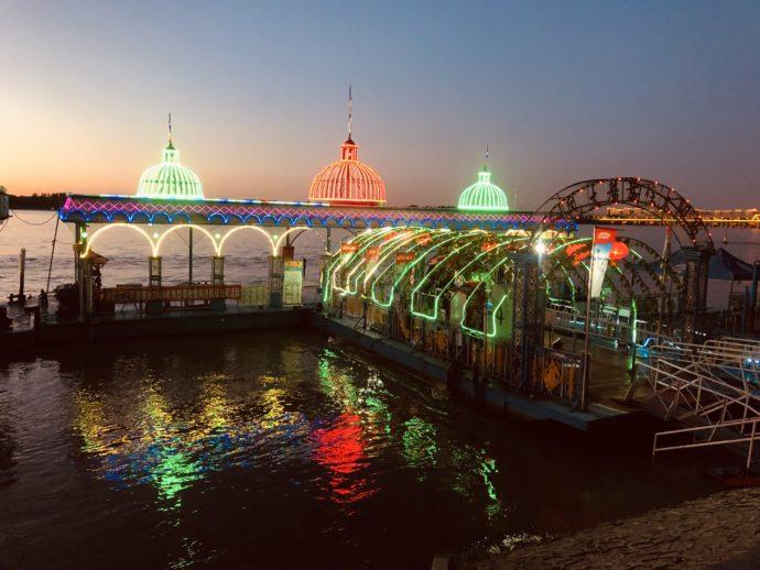 ライトアップされたマジックアワーの松花江、遊覧船入り口