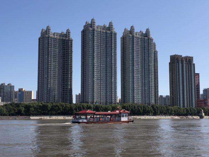 遊覧船と摩天楼