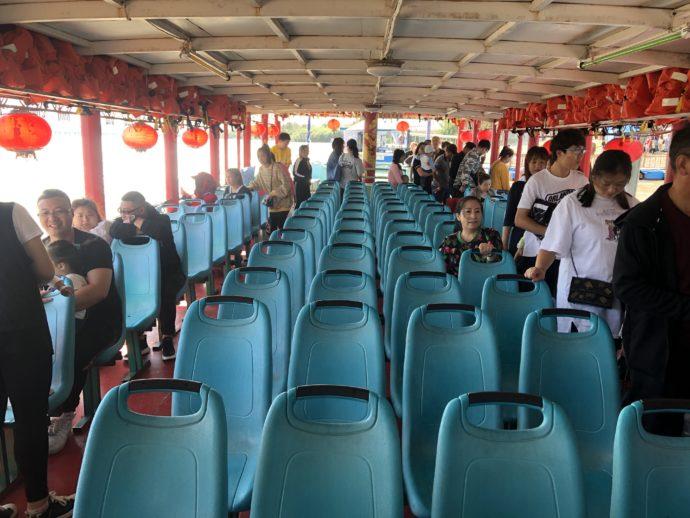 遊覧船のブルーの座席