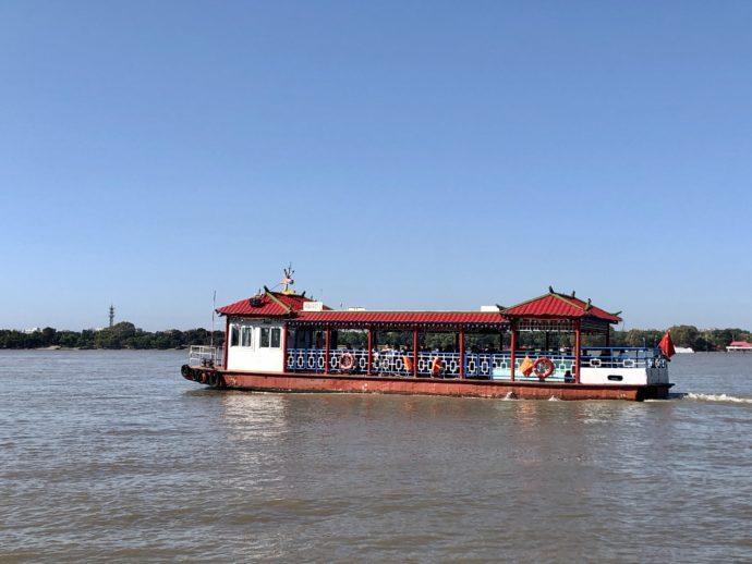 松花江をすすむ遊覧船