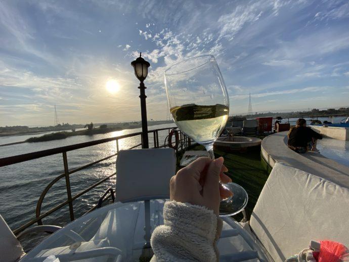 白ワインを飲みながらデッキで過ごす