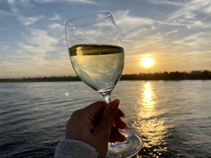 夕暮れを鑑賞しながら飲む白ワイン