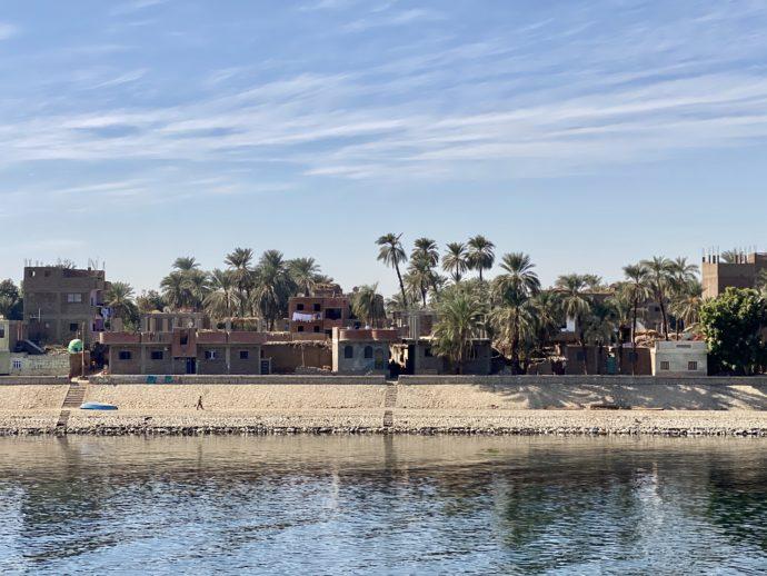 ナイル川クルーズ船のデッキから見える村落