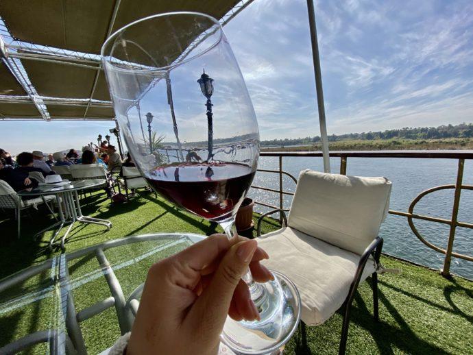デッキで赤ワインを飲む