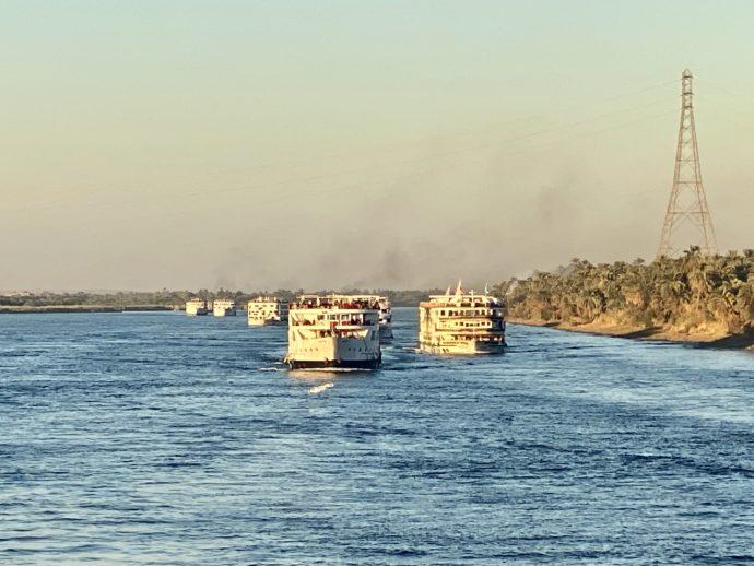 護送船団方式で移動するクルーズ船