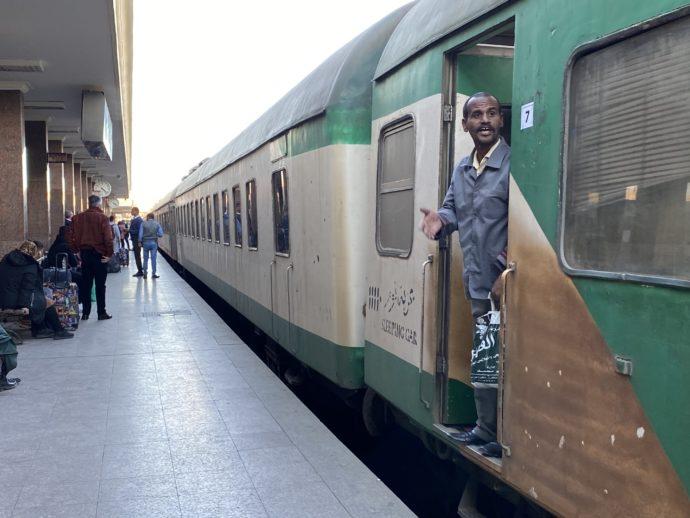 アスワン鉄道駅ホームに入ってきた列車