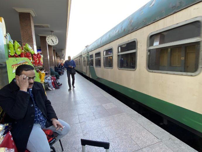 アスワン鉄道駅のホーム