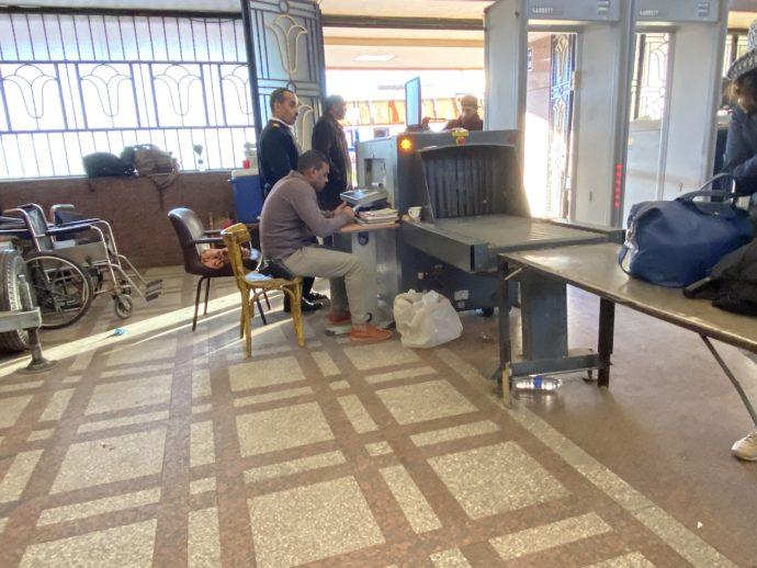 アスワン鉄道駅の入場時の手荷物検査
