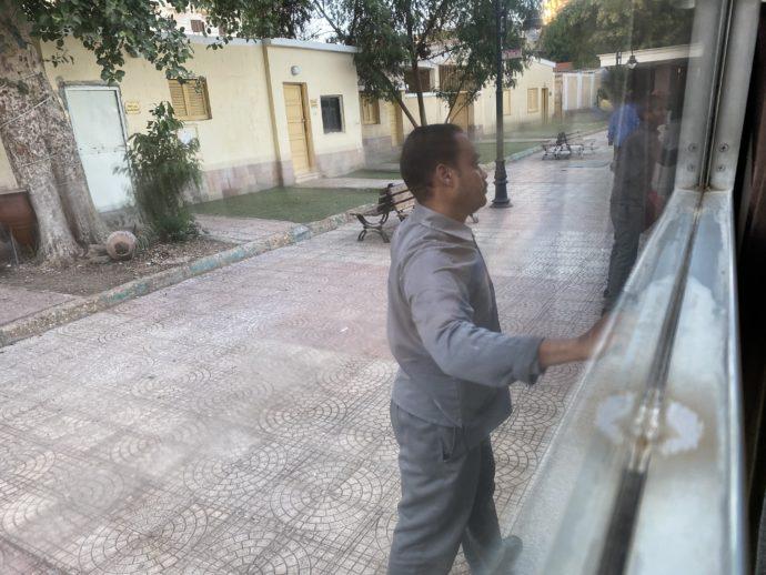 窓ガラスを拭く男性